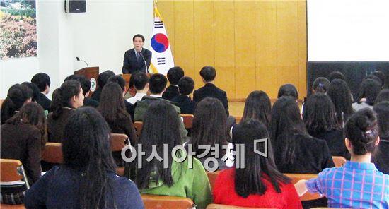 김규준 함평군 주민복지실장이 '다문화가정 꿈나무 돌보기' 자원봉사에 참여한 학생들에게 인사를 하고있다.