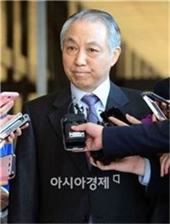강덕수 전 STX 회장이 지난 4일 검찰에 소환조사를 받기 위해 서울중앙지검 청사로 들어서며 입을 굳게 다물고 있다. (사진=최우창 기자)