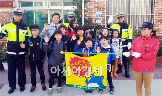 함평경찰은 4일 오전 학교앞에서 스쿨존 내 교통법규 준수 캠페인 실시했다.