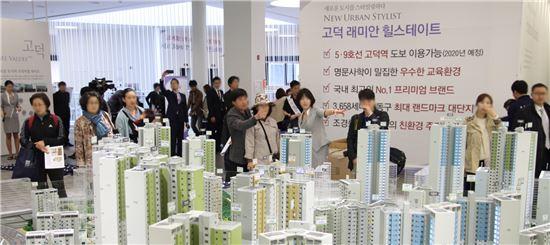 삼성물산과 현대건설이 손을 잡아 선보이는 3658가구 랜드마크, 고덕 래미안 힐스테이트가 4일 견본주택을 열고 4월 분양시장의 시작을 알렸다. 이 아파트는 입지, 상품, 가격 등 분양성공 가능성을 모두 갖춰 올해 서울 분양시장을 평가하는 바로미터로 평가 받고 있다. 사진은 고덕 래미안 힐스테이트의 견본주택