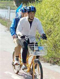호남대학교 봉사동아리 EMS가 시각장애인들과 자전거타기 행사를 개최했다.