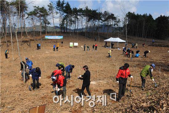 장성군이  4일 남면 녹진리 일원에서 제69회 식목일 나무심기 행사를 가졌다.