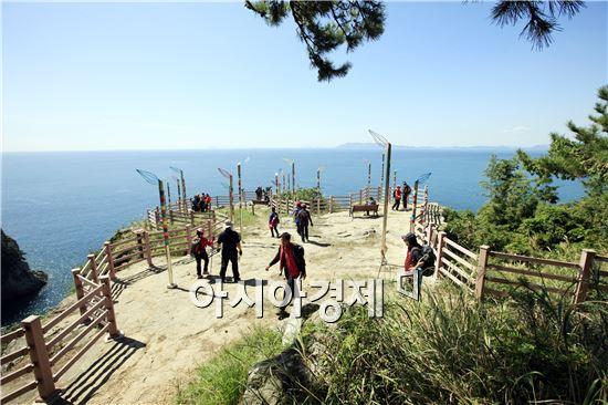 여수 금오도 비렁길을 찾은 관광객들이 시원한 바다를 보면서 봄을 맞이하고있다.