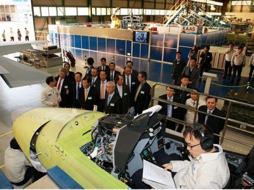 FA-50 경공격기 생산 현황을 설명듣는 대사들