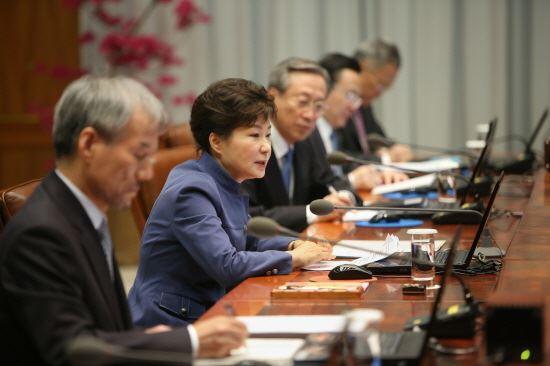지난달 10일 청와대에서 수석비서관회의를 주재하고 있는 박근혜 대통령(사진 : 청와대)
