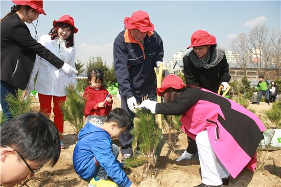한국도로공사 임직원과 가족 800여명이 지난 5일 식목일을 맞아 고속도로 인근 유휴부지에 소나무 묘목 2만5000그루를 심는 '통일희망나무' 행사에 참여하고 있다.