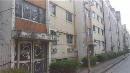 재건축을 위해 조합원 대부분이 이주를 마친 서울 가락동 가락시영아파트