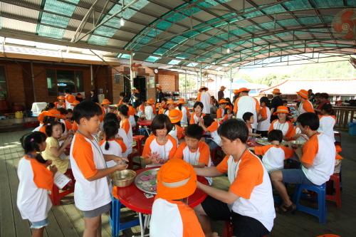 <한화건설 임직원들과 은평 기쁨의 집 어린이들이 사랑의 가족 꾸미기 봉사활동에 참여하고 있다.>