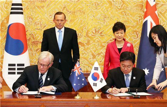 ▲윤상직 산업통상자원부 장관은 지난 4월8일 청와대에서 박근혜 대통령과 토니 애벗 호주 총리가 임석한 가운데 앤드루 로브 호주 통상투자장관과 한-호주 자유무역협정(FTA) 정식 서명식을 갖고 FTA 협정서에 서명했다.