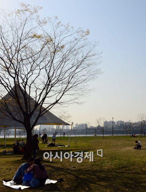 [포토]파란 하늘 아래 휴식 취하는 시민들