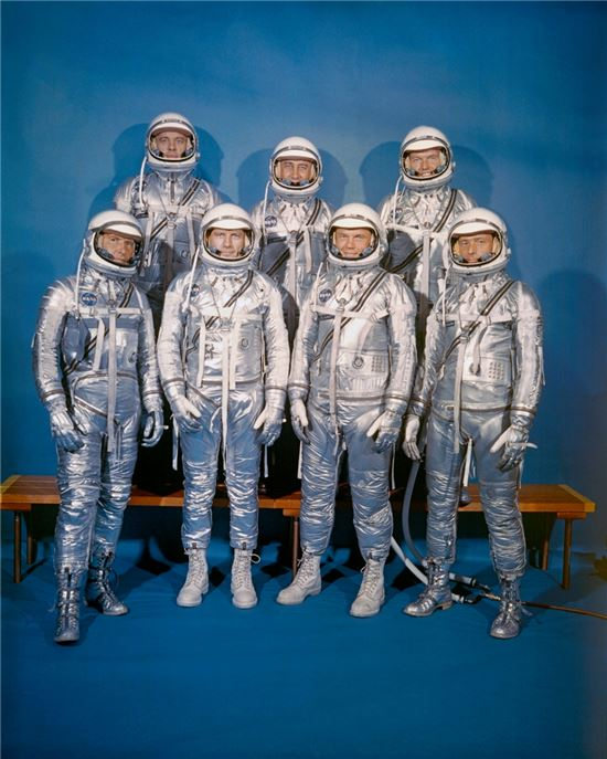 ▲1959년 4월9일 선발된 나사의 최초 우주비행사 7명. 뒷줄 맨 왼쪽이 앨런 쉐퍼드이다.[사진제공=NASA]