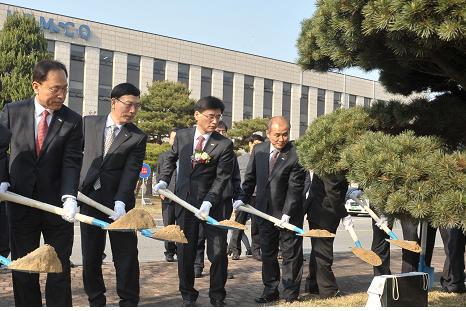 김화동(왼쪽에서 3번째) 한국조폐공사 사장이 취임식 후 본사 사옥 앞뜰에서 임원들과 함께 기념나무를 심고 있다.