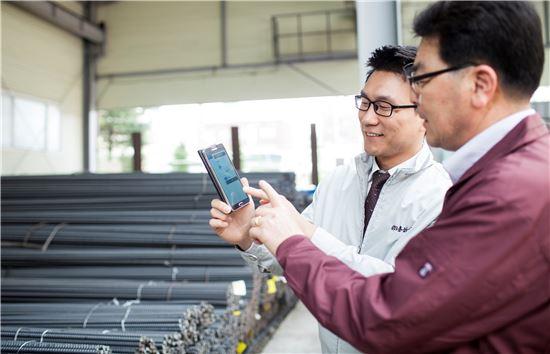 동국제강 고객사인 충남 철강 지원이 'DK m-Biz' 스마트폰 앱을 통해 주문 정보를 조회하고 있다. <사진=동국제강>