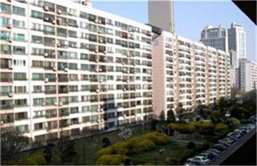 최근 서울시장 선거를 앞두고 기대감이 부풀었던 압구정 한강변 재건축 아파트 일대 . /