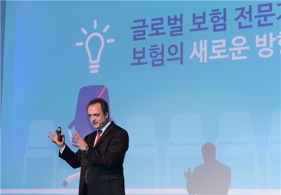 자비에 베리 악사(AXA)다이렉트 사장은 10일 서울 조선호텔에서 열린 기자간담회에서 새로 개발한 '채널3.0' 플랫폼과 운전자 중심의 맞춤형 자동차보험 신상품에 대해 설명하고 있다.