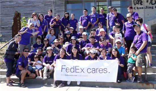 FedEx는 2005년부터 매년 한 주를 FedEx 글로벌 봉사 주간으로 정하고 환경보호 등 다양한 봉사활동을 펼치고 있다.