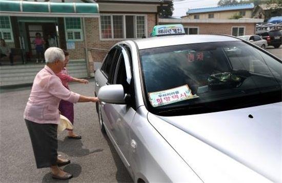 100원 택시를 타고 있는 주민들(사진=서천군 제공)