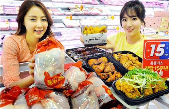 ▲ 11일 홈플러스 영등포점에서 모델들이 생닭과 치킨 상품을 소개하고 있다.