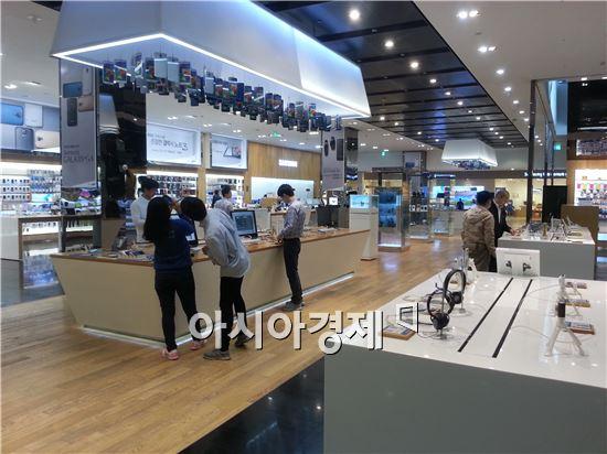 11일 서울 강남 삼성전자 사옥 내 위치한 딜라이트샵에 이른 아침부터 몇몇 소비자들이 방문해 갤럭시S5와 기어2를 구경하고 있다.