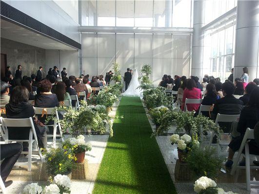 성남시청이 지난해 청사를 개방했다. 청사에서 열린 결혼식 장면