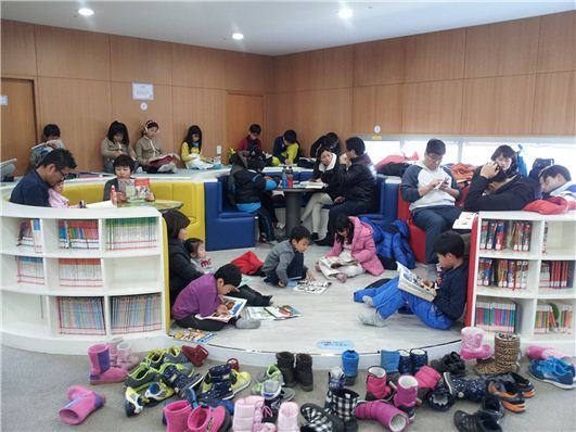 성남시가 청사 개방에 맞춰 시민들에게 오픈한 북카페. 이 곳을 찾은 시민과 학생들이 즐거운 시간을 보내고 있다.
