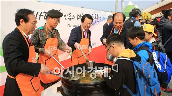 완도 해조류박람회장에 김종식 완도군수등 관계자들이 미역국을 나누어주고있다.