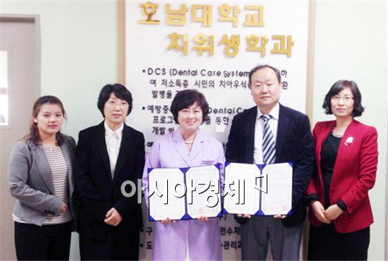 치위생학과 김일신 교수, 이미림 교수, 나희자 교수, 정영복 원장, 문애은 교수가 기념촬영을 하고 있다.(왼쪽부터)