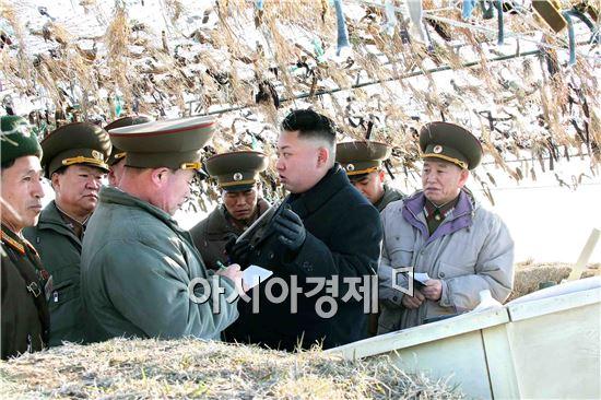 전방부대를 방문한 북한의 김정은 제1위원장