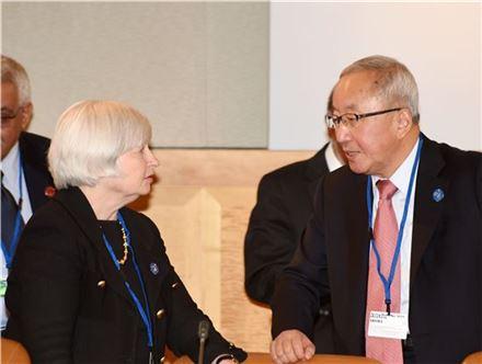 현오석 부총리가 쟈넷 옐런 미국 연방준비제도이사회(FRB)의장과 대화를 나누고 있다.