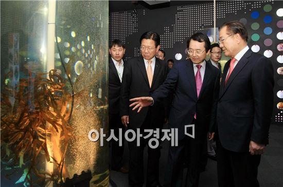 박준영 전남도지사가 11일 오후 '바다 속 인류의 미래, 해조류를 만나다'를 주제로 열린2014 완도국제해조류박람회에 참석, 김종식 완도군수 안내로 주제관 해조류를 살펴보고 있다.
