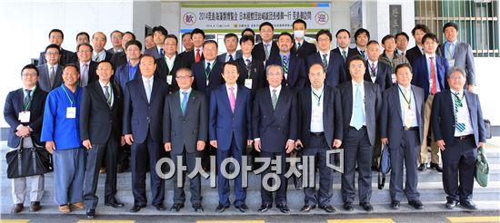 완도군은 해조류박람회 개최 기간에 맞춰 한국과 일본 해조류기업 11개사가 참여하는 수출 계약을 하고 기념촬영을 하고있다.