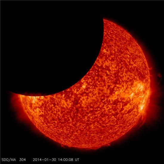 ▲나사의 태양활동관측위성이 포착한 달이 태양을 가리는 모습.[사진제공=NASA]