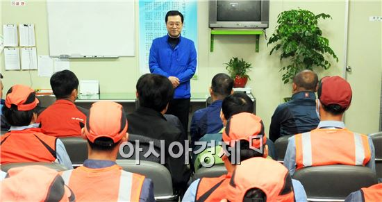 12일 이용섭 의원은 광주 남구 소재 신궁산업을 찾아 생활환경미화원 40여명과 만나 애로사항을 청취하고 이를 해결하는데 온 힘을 쏟겠다고 약속했다.