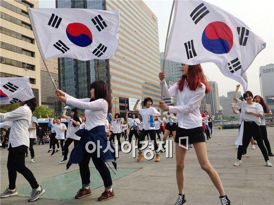 국내 최초로 창작된 '이순신 플래시몹'이 서울 광화문 이순신 장군 동상 앞에서 시연됐다.