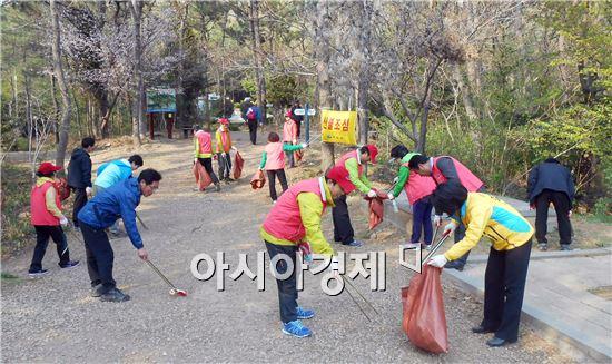 여수시 문수동주민자치위원회에는 지난 10일 주민자치위원을 비롯한 주민 등 40여명이 참여한 가운데 고락산 등산로 청결활동을 실시했다.