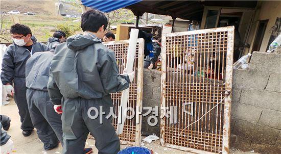 여수시와 폴리미래 여수공장 직원들은  율촌면에서  소외계층 집수리봉사를 실시했다.