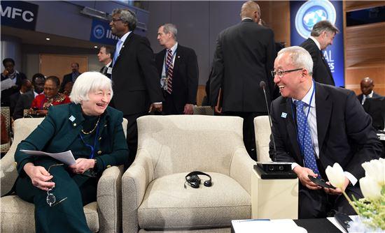 현오석 경제부총리가 12일(현지시간) 미국 워싱턴 IMF에서 열린 IMFC(국제통화금융위원회) 회의 참석에 앞서 쟈넷 옐런 FRB의장과 대화를 나누고 있다.<사진제공=기획재정부>