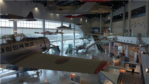 제주항공박물관 1층에 위치한 항공역사관에 전시돼 있는 전투기