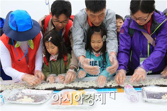 해조류 김밥 만들고있는 참가자들