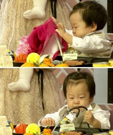 ▲'슈퍼맨' 쌍둥이 돌잡이. (사진: KBS2 '슈퍼맨이 돌아왔다' 방송 캡처)