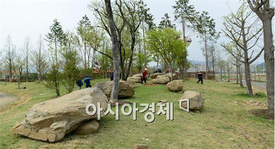 순천만정원에  복원된 '고인돌' 역사 정원
