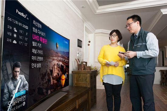 CJ헬로비전 설치 기사가 UHD 방송 1호 가입자인 박경옥씨에게 UHD 방송 이용법을 설명하고 있다.