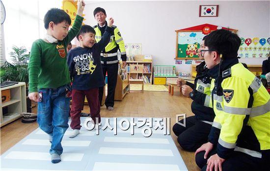 함평경찰관들이 함평읍 관내 함평초등학교 병설유치원을 방문해 녹색어머니회와 함께 유치원생 40명을 대상으로 교통안전교육을 실시했다.