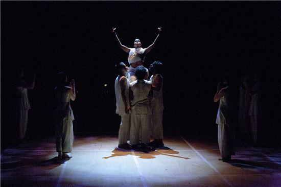 연극 '바후차라 마타'의 한 장면.