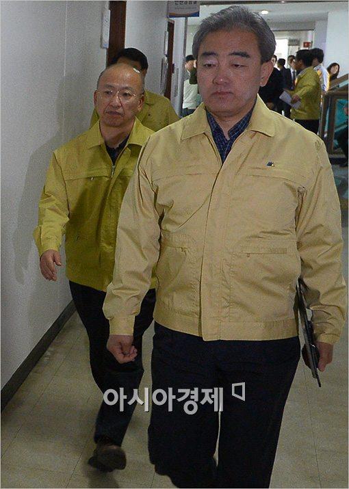 [포토]긴급 장관회의 참석하는 문형표·유진룡 장관
