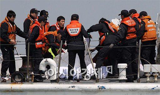 [포토]시신 수습하는 구조팀
