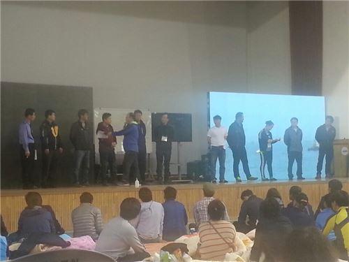 20일 오후 진도 실내체육관에서 실종자 가족 대표들이 단상에 올라와 있다. 이날 가족들은 정홍원 총리, 이주영 해수부 장관 등과 모여 회의를 열었다.