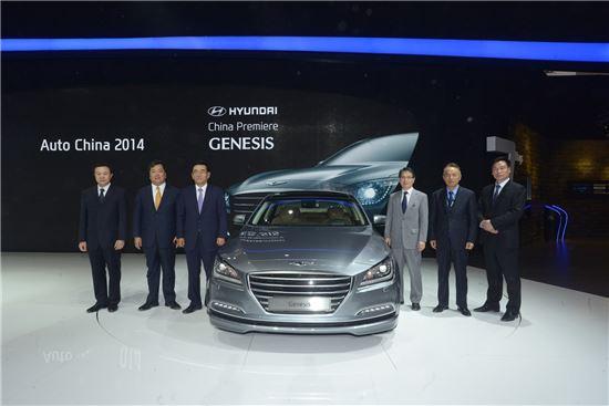최성기 현대차그룹 중국사업총괄 담당 사장(사진 맨 왼쪽에서 세번째)이 현대차 고위관계자들과 '신형 제네시스(사진 가운데)' 옆에서 포즈를 취하고 있는 모습.