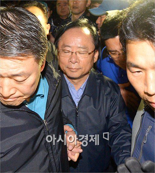 [포토]사복경찰관 손 꼭 잡은 이주영 장관