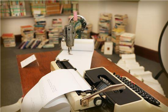 관객들이 자신의 이야기를 적어갈 수 있도록 타자기를 비치한 전보경 작가의 설치공간.